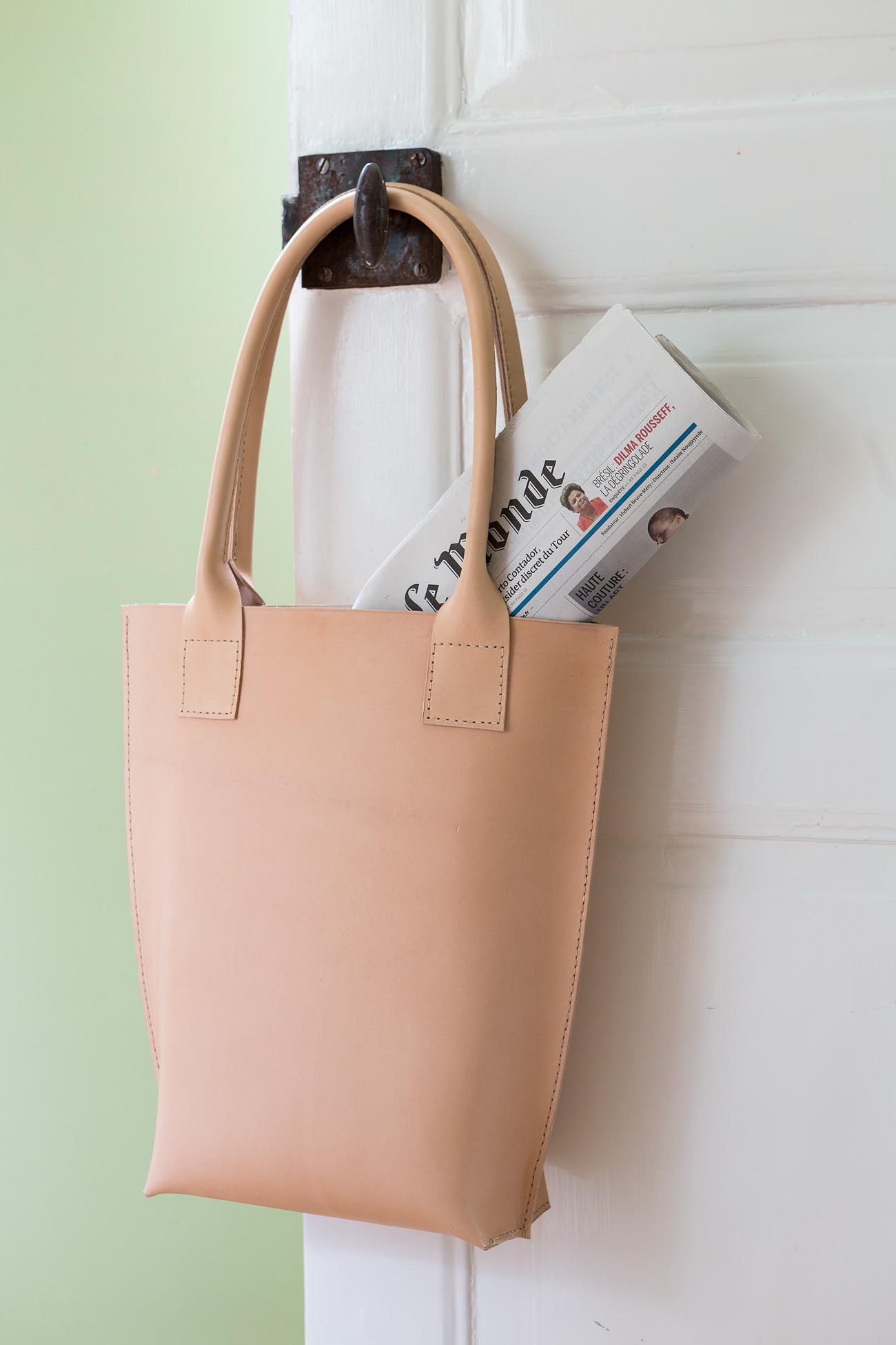 Den här väskan är sydd i ett stycke med en botten konstruerad efter samma  princip som vikningen i botten på ett mjölkpaket. Men eftersom lädret är  tjockt ... 264e34255568a